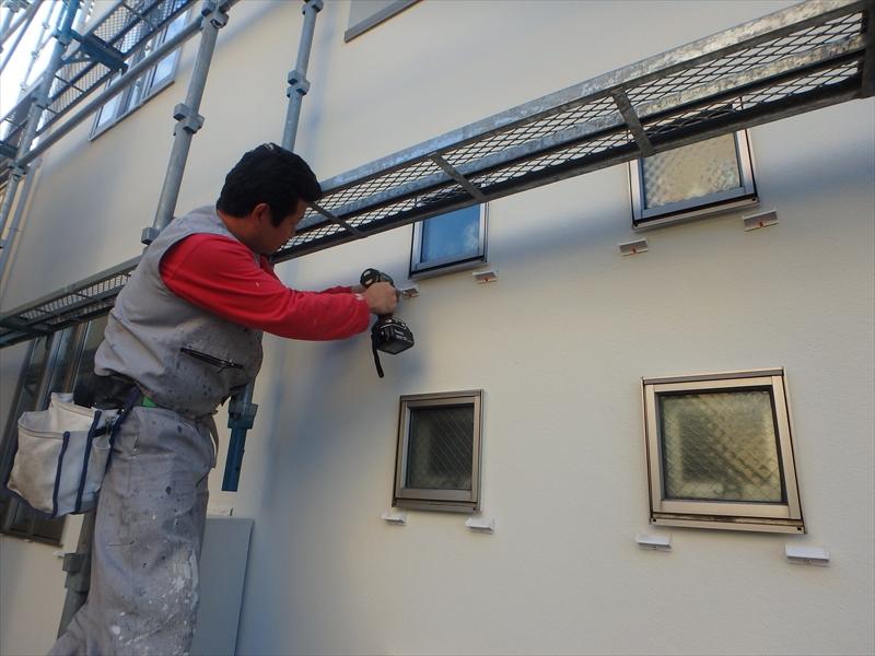 伝い水防止水切りを、窓の下に取り付けていきます。