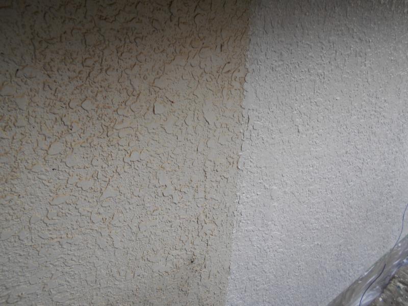 壁の下塗りを行いました。
