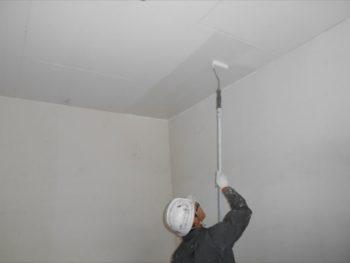 天井部は柄の長いローラーで塗っています。