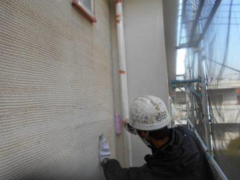 雨樋で狭くなっている部分も丁寧に塗っていきます。