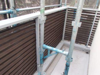 格子状の木材は見た目以上に塗る面積がありますが、丁寧に木材用の保護塗料を塗っていきます。