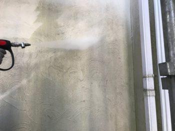 外壁のコケや汚れが落ちてどんどんきれいになっていきます。
