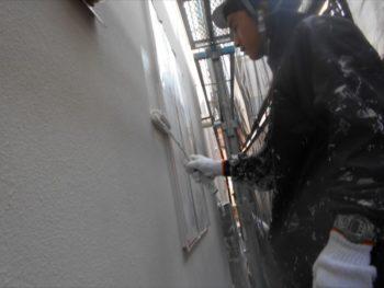 残りの外壁を上塗りしていきます。