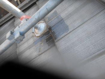 屋根の足場はこんなふうに浮かせて、塗り残しにならないようにきちんと塗っていきます。