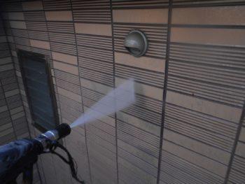 外壁も汚れが落ちてすっきりときれいになっていきます。
