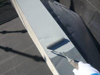 屋根の一番上から塗装するため、まずは一番上の棟(ムネ・鉄製)に錆止め剤を塗ります。
