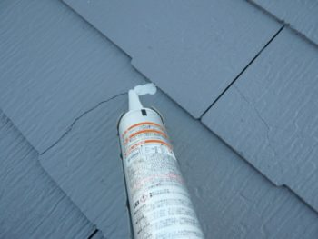 屋根の割れている部分の補修作業を行いました。
