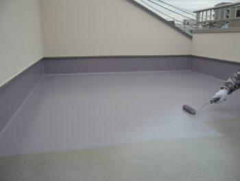 ベランダの床に、防水材を塗った後、トップコートを塗り重ねていきます。