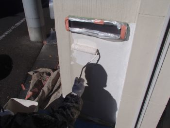 郵便物の投函口は汚れないように養生をしてありますが、郵便物が入るように工夫してあります。