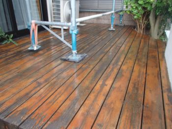 今回は、防腐・防虫・防カビの効果が高い木材保護塗料を塗りました。