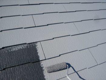 中塗りで色のついた塗料を塗ることで、屋根の色が整っていきます。