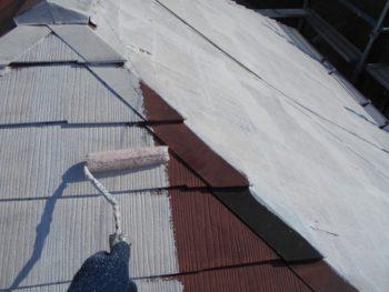 屋根の下塗りをしています。今回は白い下地材を使っています。