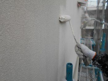中塗りは最終的に使用する塗料の1回目の塗りになります。
