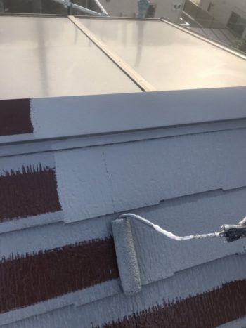 屋根の中塗りは、段差のある上下を塗ってから、中央部分を塗りつぶしていきました。