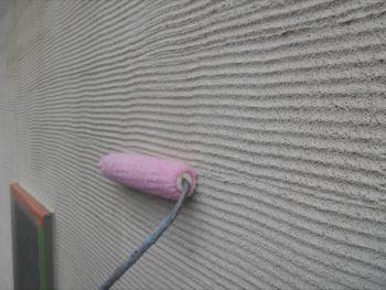 模様のある外壁の下塗り中です。