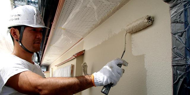 外壁の表面保護膜の・再生工事をする塗装職人