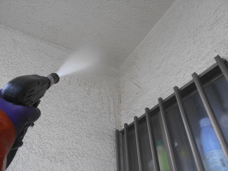 外壁の高圧洗浄をしています。