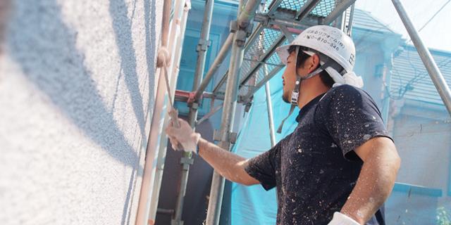 塗装する職人