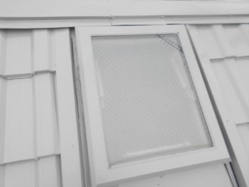 天窓も、周囲を屋根の色に合わせて塗装しました。