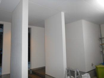 車庫内にあるスチール棚は一度外し、塗装後に付け直しました。
