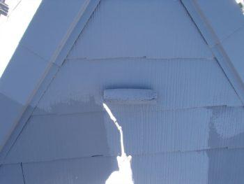 屋根の上塗りでは、タスペーサーも目立たないように同じ色で塗っています。