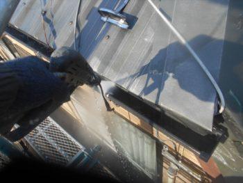 屋根の汚れは雨樋に集まるので、雨樋もしっかりと洗っていきます。