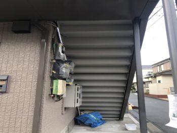 蹴込とは階段の縦面になる板のことで、まず階段の裏側部分を塗装しました。