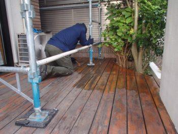 ウッドデッキは、塗装前の下地処理を行いました。