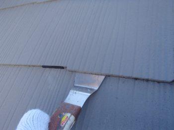 タスペーサーは、塗装後に屋根の隙間がなくなって雨漏りがすることを防ぐ道具です。今回は屋根と塗料の組み合わせに合わせ設置しました。