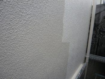残りの外壁の上塗り中です。