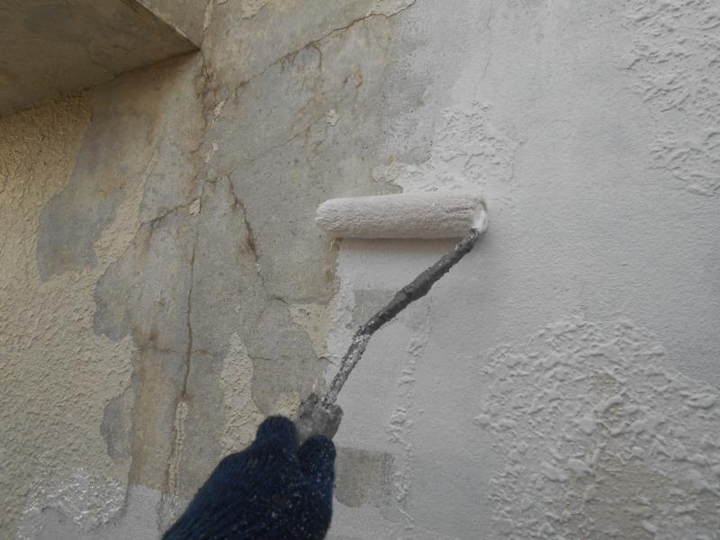 痛みが激しい外壁の一部を補修しています。