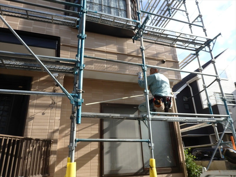 防犯カメラのケーブル類は、目立たないように、壁に取り付けてあった塗装済の配管に通します。