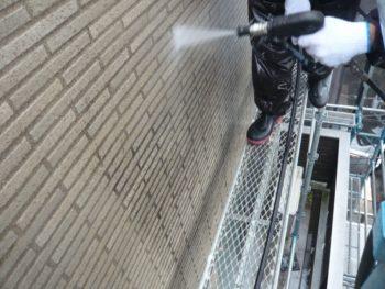 外壁のタイルは目地の汚れも水圧で飛ばしていきます。