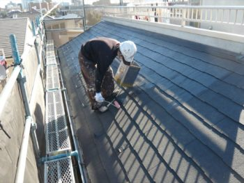 屋根の下地剤を塗っていきます。
