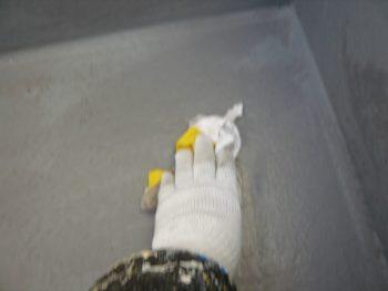 研磨が終わった後は、アセトンを使って、前回の油膜成分を拭き取ります。