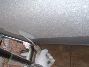 軒天の下塗り中です。グレーだった軒天の色がホワイトに変わります。