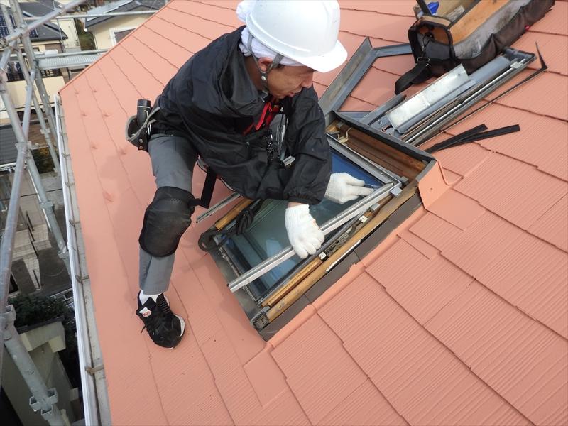 天窓点検を行いました。まずは天窓を分解します。