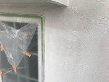 窓の桟等は塗料で汚れないようにきちんと養生してあります。