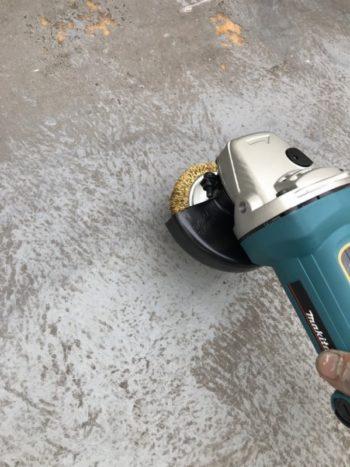 ベランダの床のFRP防水の目荒しは塗装をする前の下準備です。表面をザラザラにすることで塗料がつきやすくなります。