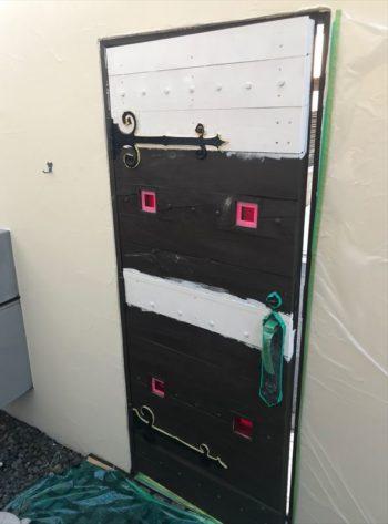 こちらの木製のドアは下地材を塗ってから、木材保護用の塗料を塗っています。