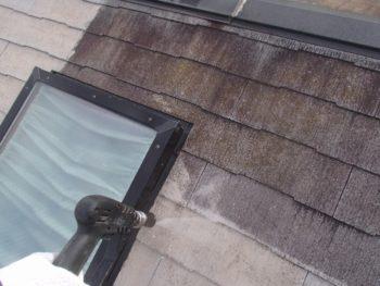 洗浄していくと、屋根本来の色がみえてきました。
