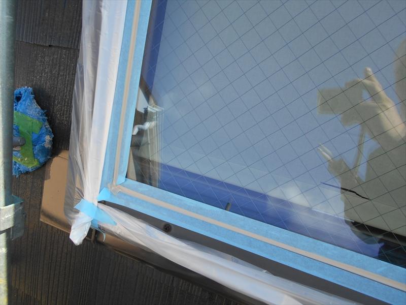 天窓のガラス部分の周りにしっかりと養生をした後、シールを行いました。