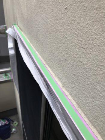 窓の養生は、きれいにはがせるマスキングテープを使って養生しています。