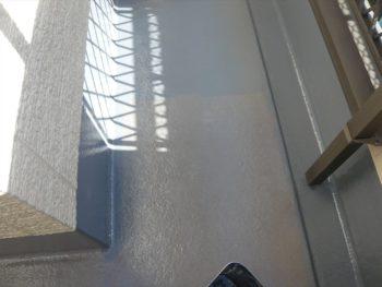 下塗り材が乾いてから上塗材を塗って、ベランダの防水塗装が完了です。