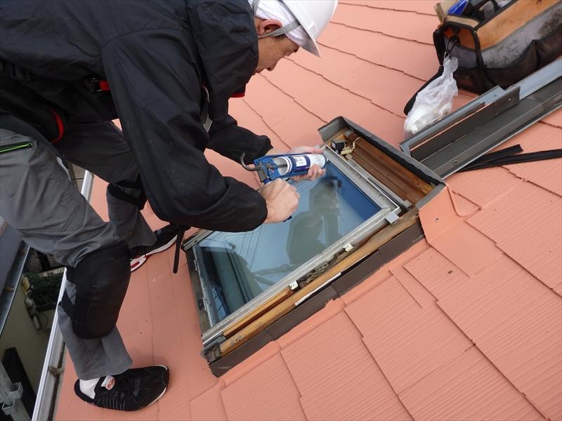 雨が漏らないようにしっかりと天窓を取り付けていきます。