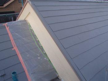 屋根に段差がある場合、このように外壁を塗る際に屋根を養生して作業しています。