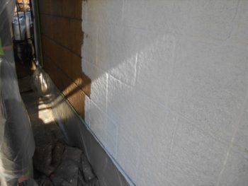 白い下塗り材を使って下塗りしていきます。