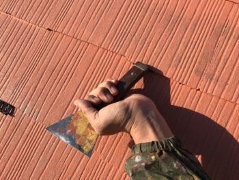 今回の屋根の塗装ではタスペーサーを入れました。
