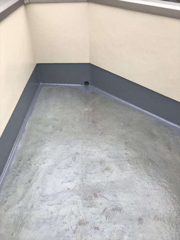 まずは外壁の下部部分から上塗りをスタートし、その後床面を上塗りしていきます。