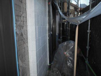 タイル等の塗らない外壁部分は養生シートで覆っています。